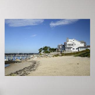 casa por la costa y una playa en Connecticut Póster