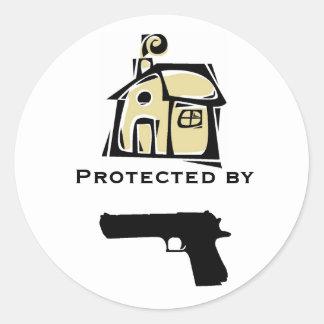 Casa protegida por el arma pegatina redonda