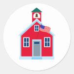 Casa roja de la escuela etiqueta redonda