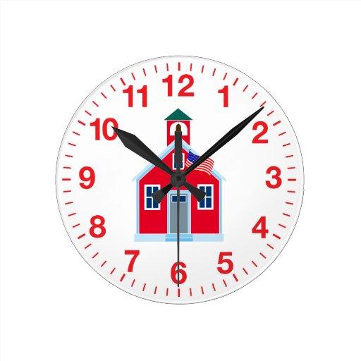 Casa roja de la escuela reloj redondo mediano