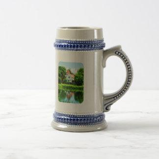 Casa suburbana con la reflexión tazas de café