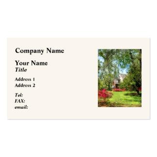 Casa suburbana con las azaleas tarjetas de visita