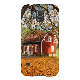 Casa sueca roja entre las hojas de otoño carcasa de galaxy s5
