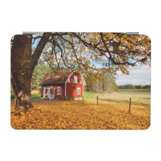 Casa sueca roja entre las hojas de otoño cover de iPad mini