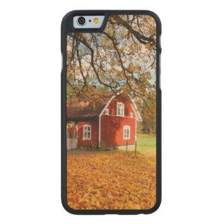 Casa sueca roja entre las hojas de otoño funda de iPhone 6 carved® de arce