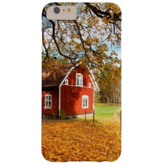 Casa sueca roja entre las hojas de otoño funda de iPhone 6 plus barely there