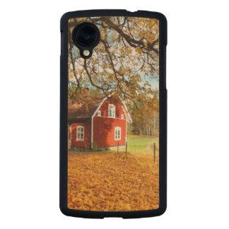 Casa sueca roja entre las hojas de otoño funda de nexus 5 carved® slim de arce