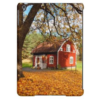 Casa sueca roja entre las hojas de otoño funda para iPad air