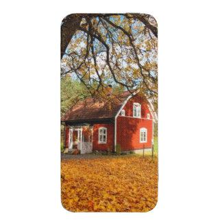 Casa sueca roja entre las hojas de otoño funda para iPhone 5