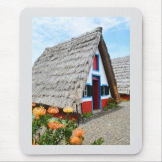 Casa tradicional en Santana, Madeira Alfombrillas De Ratones