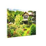 Casa vieja con el césped verde del jardín inglés p lona envuelta para galerias