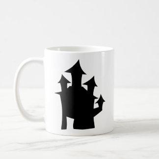 Casa vieja con las torres taza de café