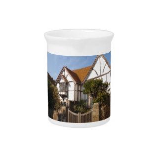 Casa vieja preciosa jarras para bebida