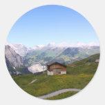 Casa y montañas suizas etiquetas redondas