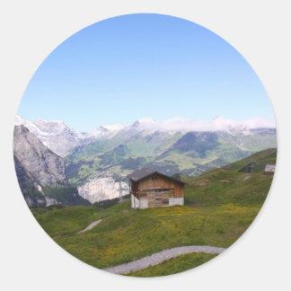 Casa y montañas suizas pegatina redonda