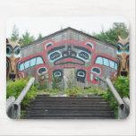 Casa y tótemes del clan en Ketchikan, Alaska Tapete De Raton