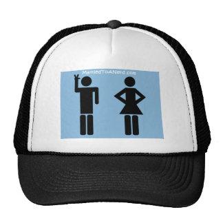 Casado con un gorra del logotipo del empollón