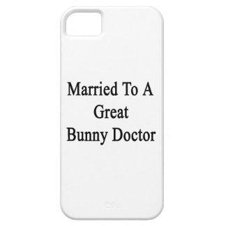 Casado con un gran doctor del conejito iPhone 5 Case-Mate fundas