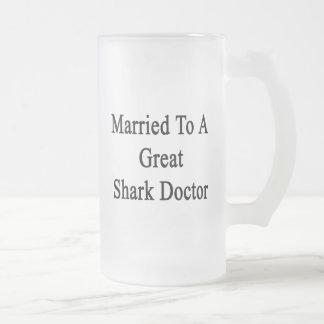 Casado con un gran doctor del tiburón tazas de café