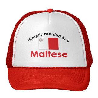 Casado feliz con un maltés gorros bordados