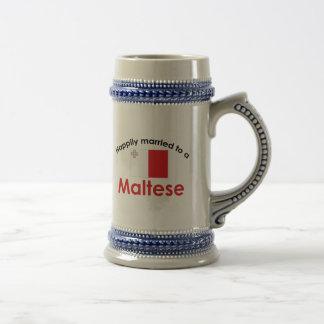 Casado feliz con un maltés tazas de café