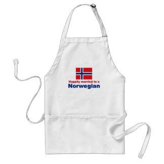 Casado feliz con un noruego delantal