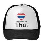 Casado feliz con un tailandés gorro de camionero
