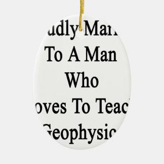 Casado orgulloso con un hombre que ama enseñar a adorno navideño ovalado de cerámica