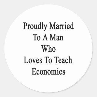 Casado orgulloso con un hombre que ama enseñar a pegatina redonda