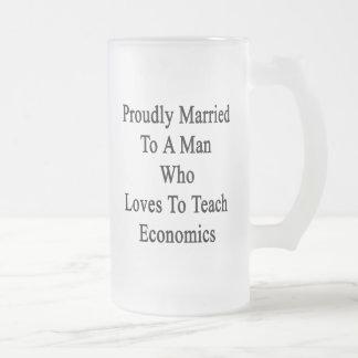 Casado orgulloso con un hombre que ama enseñar a taza de cristal