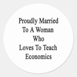 Casado orgulloso con una mujer que ama enseñar a pegatina redonda
