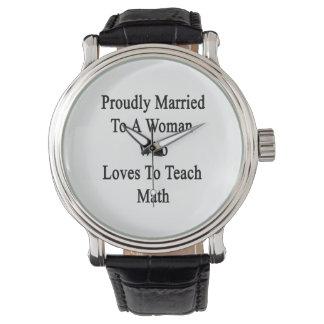 Casado orgulloso con una mujer que ama enseñar a reloj de mano