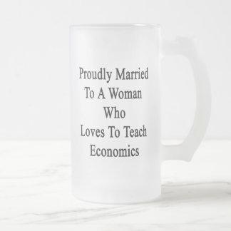 Casado orgulloso con una mujer que ama enseñar a taza de cristal