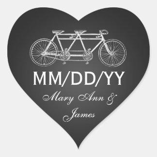 Casando reserva el negro en tándem de la bici de pegatina en forma de corazón