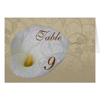 Casando reserva la fecha con el lirio blanco del tarjeta de felicitación