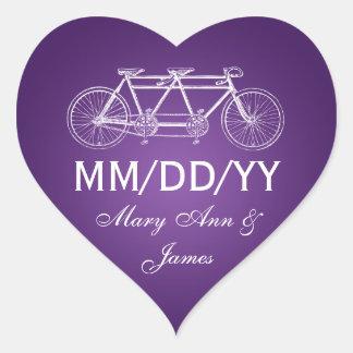 Casando reserva la púrpura en tándem de la bici de pegatina en forma de corazón