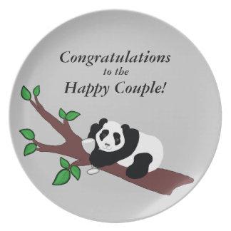 Casar el oso de panda divertido del consumo de plato de comida