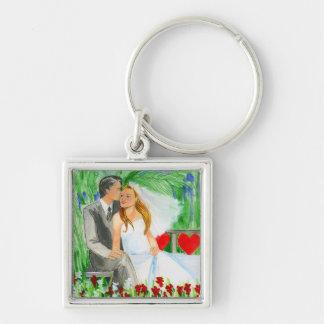 Casar la novia y al novio románticos en jardín llavero cuadrado plateado