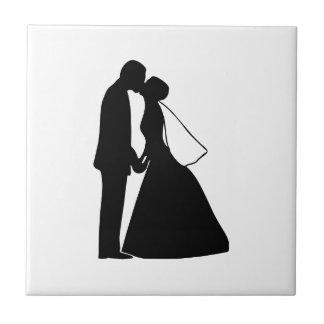Casar la silueta de novia y del novio del beso azulejo cuadrado pequeño