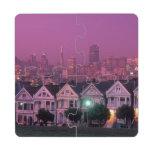 Casas de fila en la puesta del sol en San Francisc