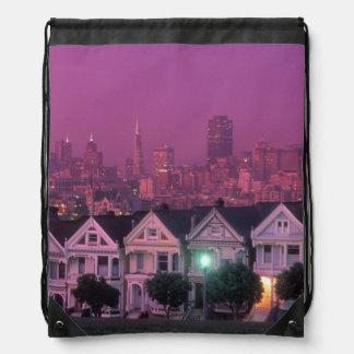 Casas de fila en la puesta del sol en San Francisc Mochila