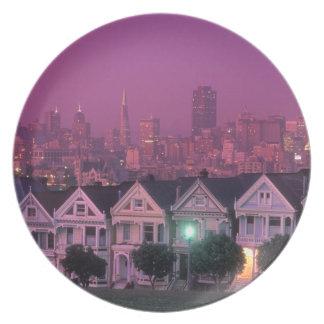 Casas de fila en la puesta del sol en San Francisc Plato