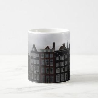 Casas del canal en Amsterdam Taza Clásica