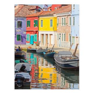 Casas del color en la isla Burano Italia de Veneci Postal