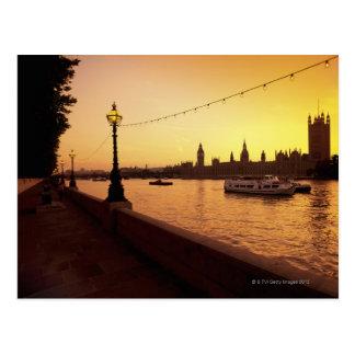 Casas del parlamento en la puesta del sol postal