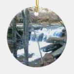 Cascada al azar adorno navideño redondo de cerámica