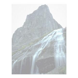 Cascada alpina en las montañas de Logan, NWT, Cana Membrete A Diseño