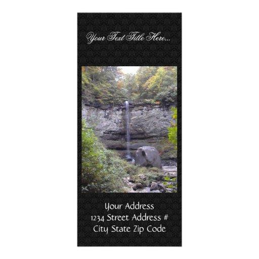 Cascada alta sobre un acantilado rocoso tarjetas publicitarias personalizadas