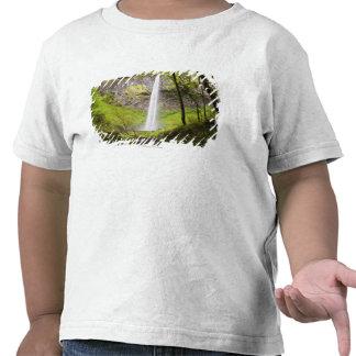 Cascada borrosa alrededor del verdor enorme en Ore Camisetas