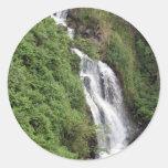 Cascada cerca de Hilo, Hawaii Pegatina Redonda